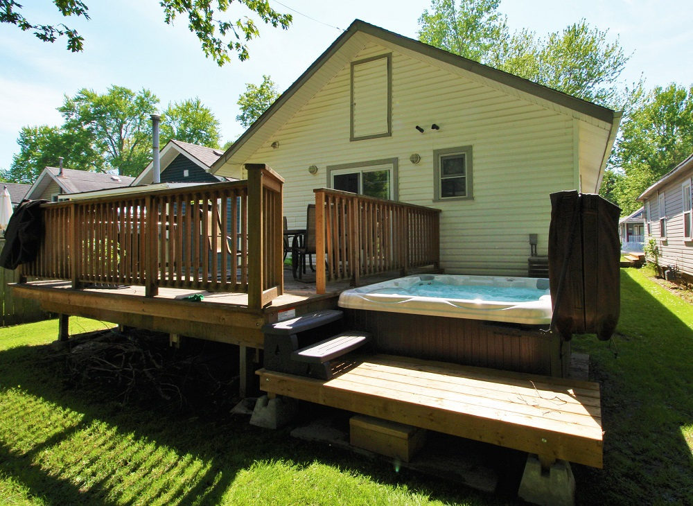 Crystal Beach Cottage Rentals - Beebalm Cottage for rent Hot Tub 2