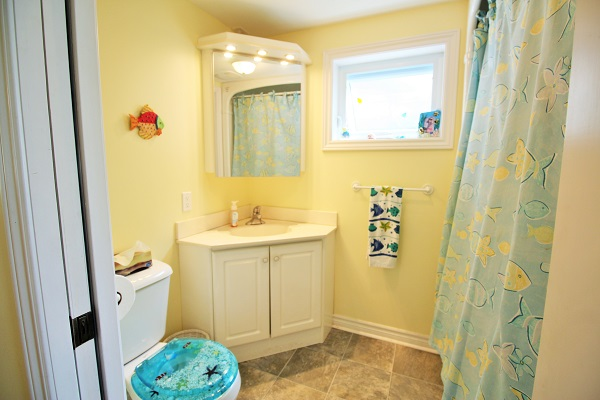 Bathroom - Splash Pad II - Sunset Bay - Port Colborne ON - Waterfront Cottage Rentals