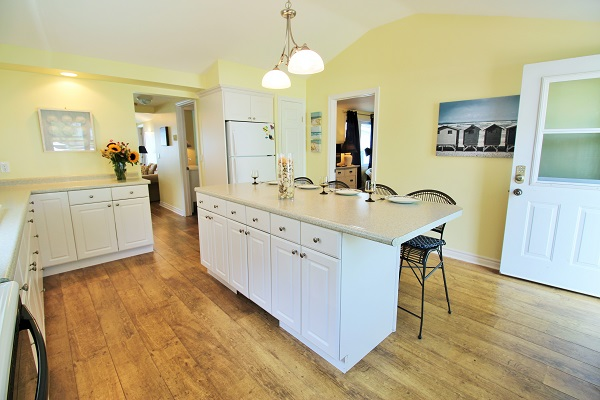 Kitchen Island 2 - Splash Pad II - Sunset Bay - Port Colborne ON - Waterfront Cottage Rentals
