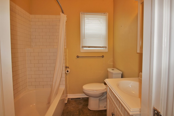 Happy Daze Cottage - Bathroom - Crystal Beach Cottage Rentals