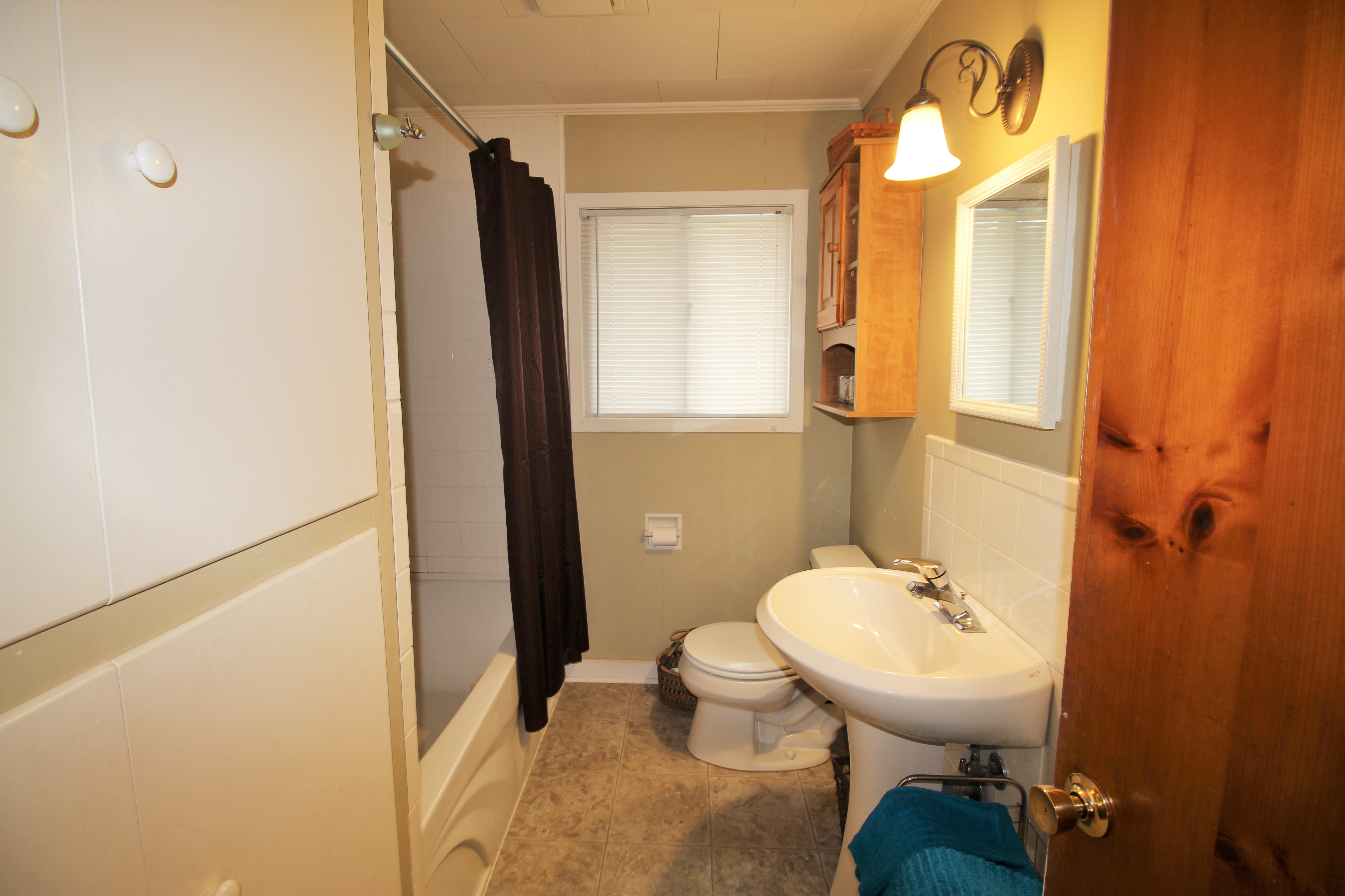 Cambridge Cottage - Bathroom - Crystal Beach Cottage Rentals - Lake Erie