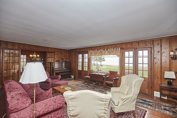 Windmill Point Place - Living Room - Beach Front - Lake Erie Cottage Rentals