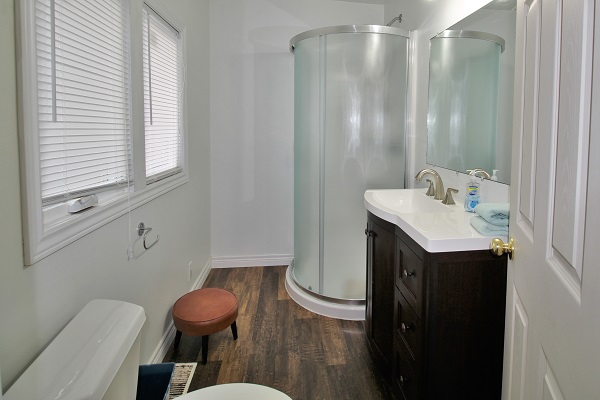 Beach Breeze Cottage - Master Ensuite Bathroom - Crystal Beach Cottage Rentals