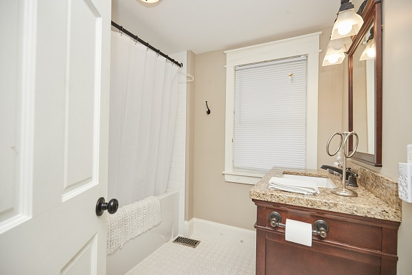 Rise N Shine - Master Bedroom Ensuite - Crystal Beach Cottage Rentals - Ridgeway ON