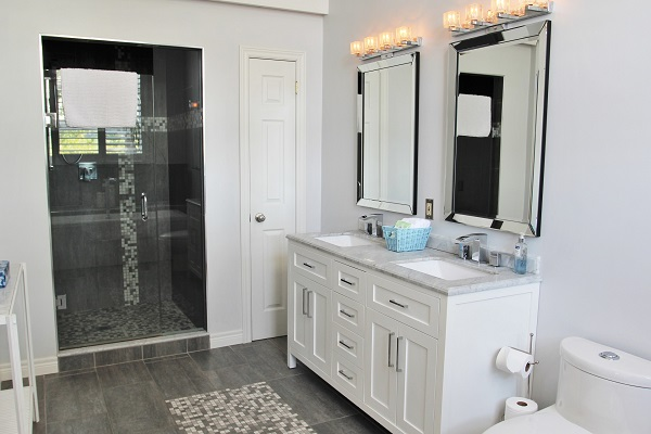 Benchview-Beamsville-main floor master bathroom-Holiday Homes Property Management