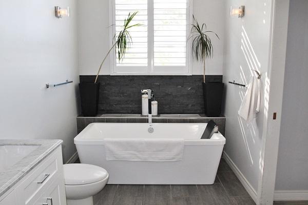 Benchview-Beamsville-main floor master bathroom2-Holiday Homes Property Management