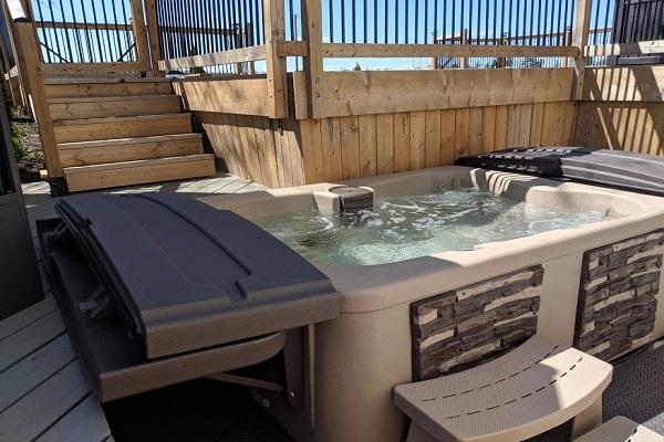 Benchview - Hot Tub, Swimming Pool, King Bed, Niagara Region Wine Tours