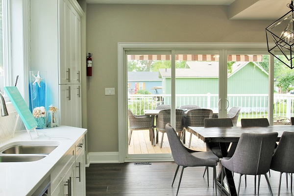 Crystal Clear Cottage-kitchen dining room outside-Crystal Beach-HolidayHomesPropertyManagement 600x400