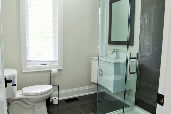 Crystal Clear Cottage-main floor bathroom-Crystal Beach-HolidayHomesPropertyManagement 600x400