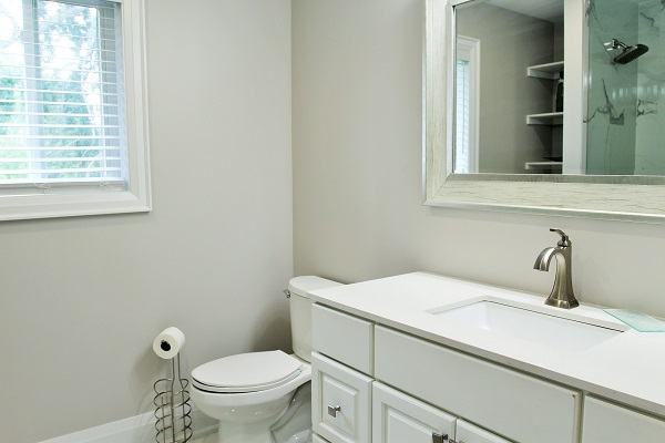 Crystal Clear Cottage-upstairs bathroom-Crystal Beach-HolidayHomesPropertyManagement 600x400