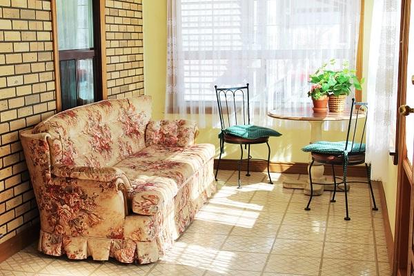 Good Vibrations-Enclosed porch-Crystal Beach-Fort Erie-Niagara Falls Region-Vacation Rentals-Holiday Homes Property Management 600x400