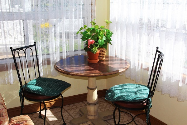 Good Vibrations-Enclosed porch bistro-Crystal Beach-Fort Erie-Niagara Falls Region-Vacation Rentals-Holiday Homes Property Management 600x400
