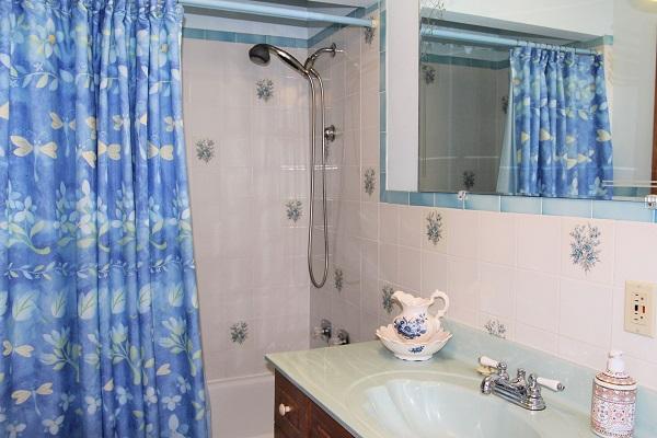 Good Vibrations-bathroom-Crystal Beach-Fort Erie-Niagara Falls Region-Vacation Rentals-Holiday Homes Property Management 600x400