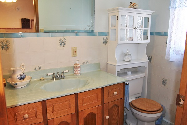 Good Vibrations-bathroom1-Crystal Beach-Fort Erie-Niagara Falls Region-Vacation Rentals-Holiday Homes Property Management 600x400
