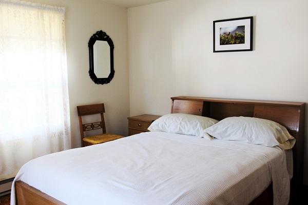 Good Vibrations-bedroom1-Crystal Beach-Fort Erie-Niagara Falls Region-Vacation Rentals-Holiday Homes Property Management 600x400