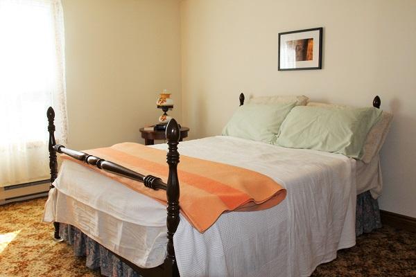 Good Vibrations-bedroom3-Crystal Beach-Fort Erie-Niagara Falls Region-Vacation Rentals-Holiday Homes Property Management 600x400