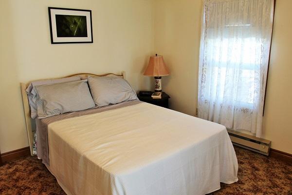 Good Vibrations-bedroom4-Crystal Beach-Fort Erie-Niagara Falls Region-Vacation Rentals-Holiday Homes Property Management 600x400