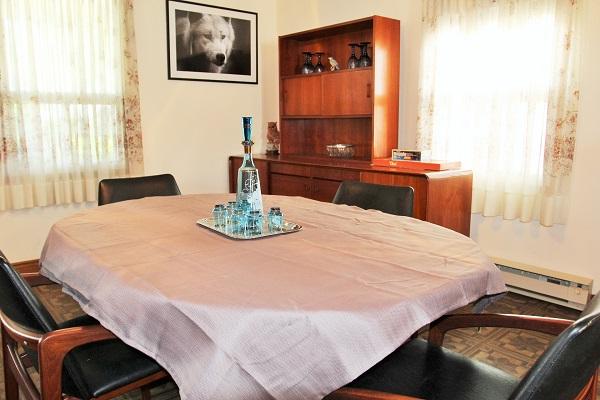 Good Vibrations-diningroom1-Crystal Beach-Fort Erie-Niagara Falls Region-Vacation Rentals-Holiday Homes Property Management 600x400
