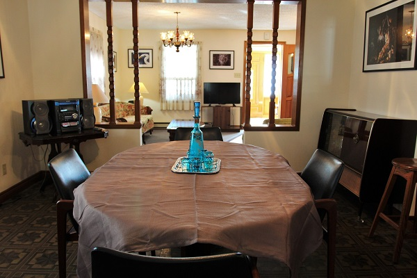 Good Vibrations-diningroomlivingroom-Crystal Beach-Fort Erie-Niagara Falls Region-Vacation Rentals-Holiday Homes Property Management 600x400
