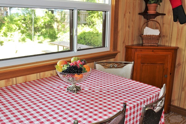 Good Vibrations-eatingarea-Crystal Beach-Fort Erie-Niagara Falls Region-Vacation Rentals-Holiday Homes Property Management 600x400