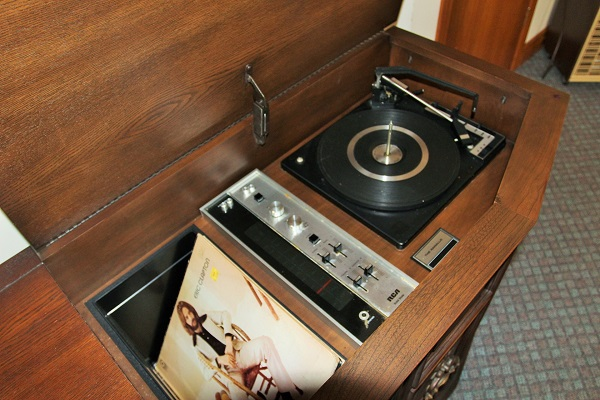 Good Vibrations-record player-Crystal Beach-Fort Erie-Niagara Falls Region-Vacation Rentals-Holiday Homes Property Management 600x400
