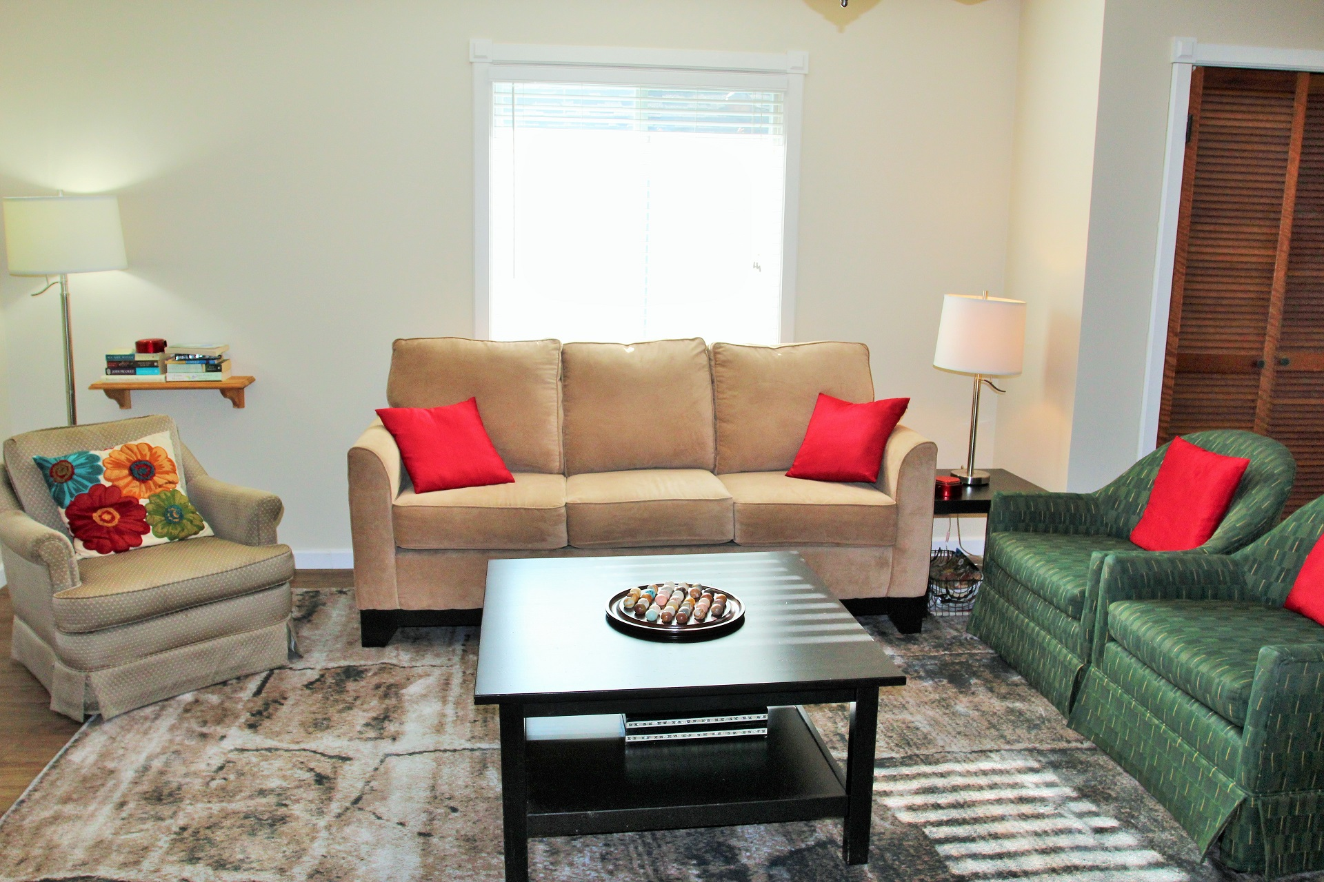 BeebalmCottage-livingroom2-CrystalBeach-HolidayHomesPropertyManagement