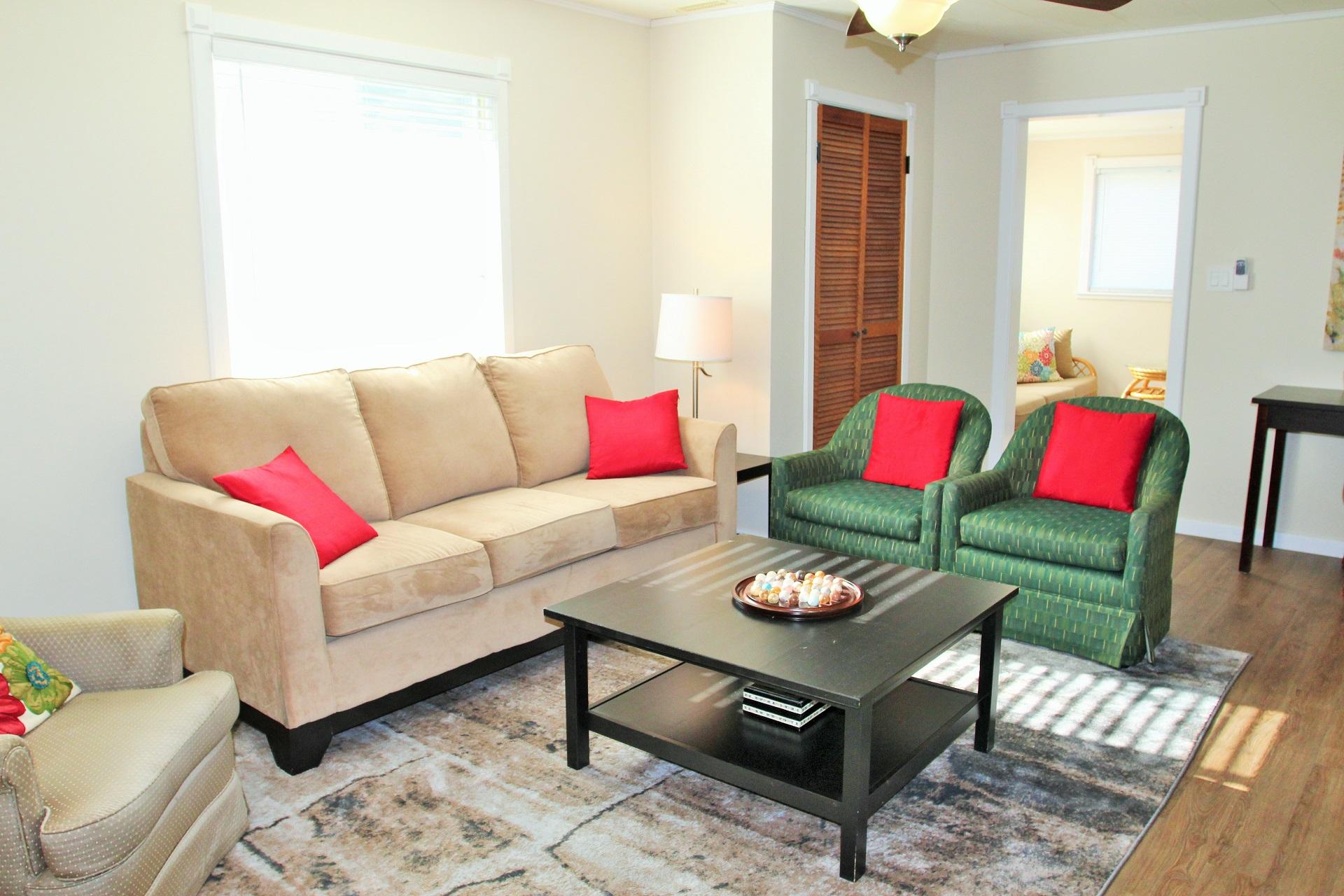 BeebalmCottage-livingroom3-CrystalBeach-HolidayHomesPropertyManagement