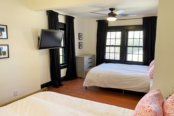 WaverlyPlace-bedroom4-twoqueenbedswithtv-Cottage Rentals-Fort Erie-Holiday Homes Property Management (600x400)