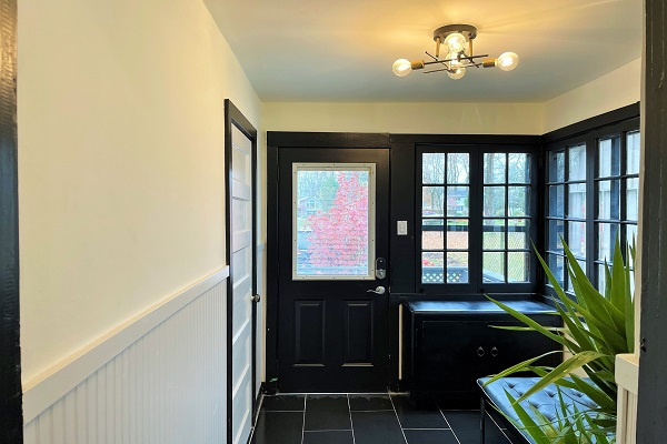 WaverlyPlace-foyer-Cottage Rentals-Fort Erie-Holiday Homes Property Management (600x400)
