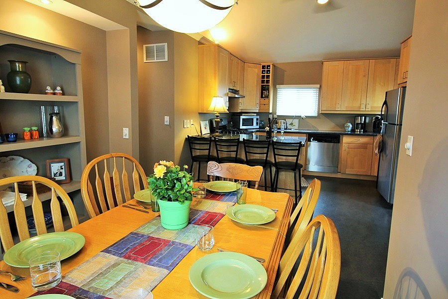 Derby Retreat Dining area - Crystal Beach Cottage Rentals (900 x 600) (2)