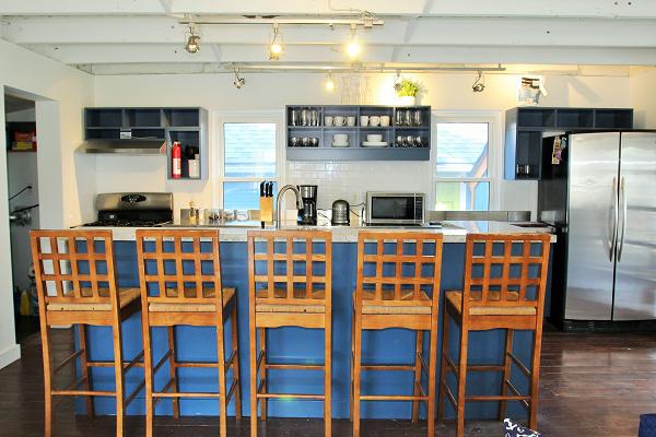 Mi Casa Es Su Casa – Holiday Homes Property Management – Crystal Beach – Kitchen Island seating (600x400)