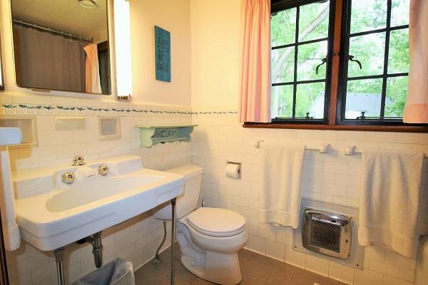 Edgemere Escape-Fort Erie-HolidayHomesPropertyManagement-Bathroom1