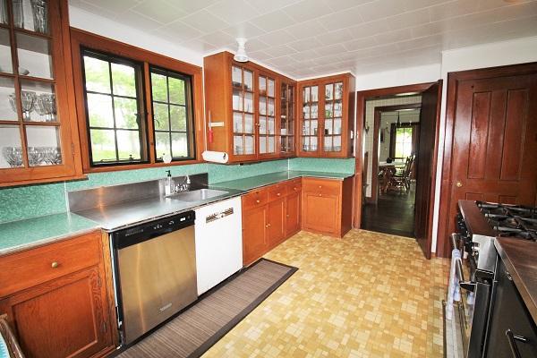 Edgemere Escape-Fort Erie-HolidayHomesPropertyManagement-kitchen1