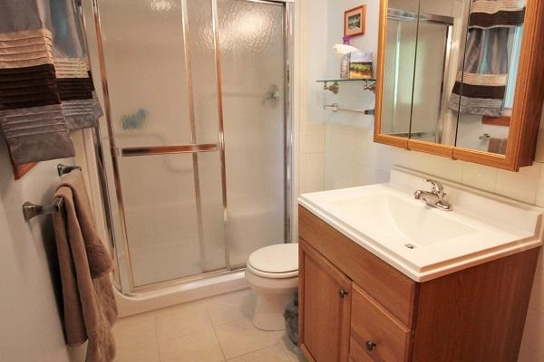 The Coach House-Port Colborne-HolidayHomesPropertyManagement-Bathroom (600x400)