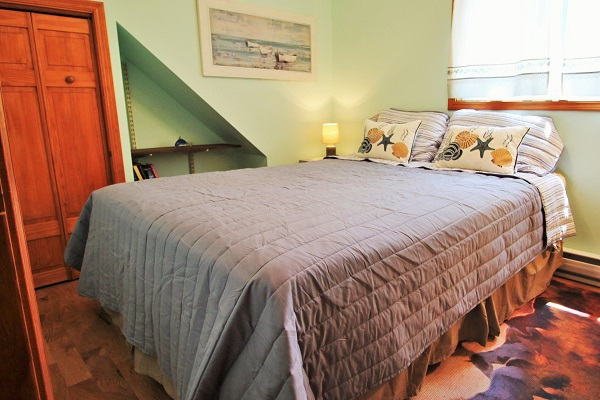 The Coach House-Port Colborne-HolidayHomesPropertyManagement-Bedroom1 (600x400)