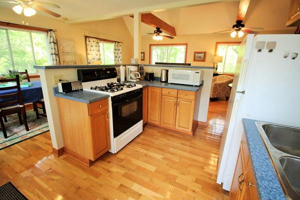 The Coach House-Port Colborne-HolidayHomesPropertyManagement-Kitchen2 (600x400)