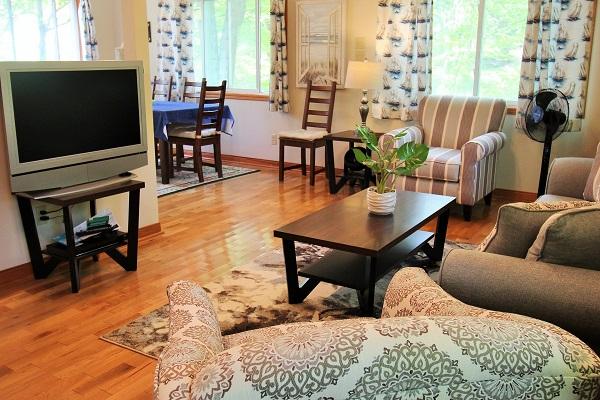 The Coach House-Port Colborne-HolidayHomesPropertyManagement-Livingroom4 (600x400)
