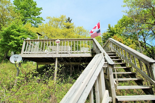 The Coach House-Port Colborne-HolidayHomesPropertyManagement-Steps down to beach (600x400)