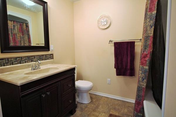 The Elmwood-HolidayHomesPropertyManagement-CrystalBeach, Ontario -bathroom (600x400)