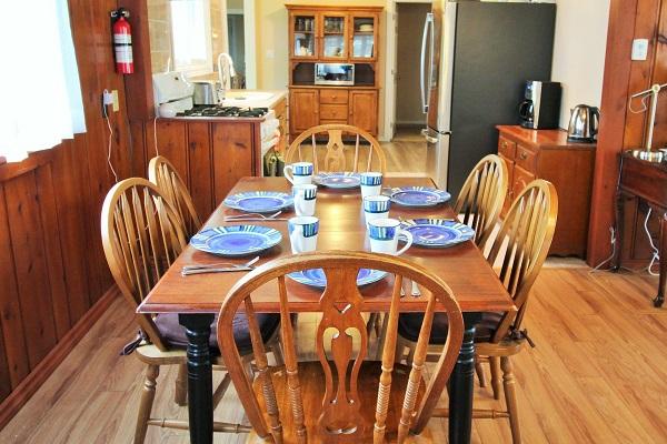 The Elmwood-HolidayHomesPropertyManagement-CrystalBeach, Ontario - dining room (600x400)