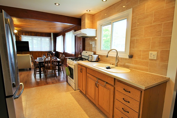 The Elmwood-HolidayHomesPropertyManagement-CrystalBeach, Ontario - kitchen2 (600x400)