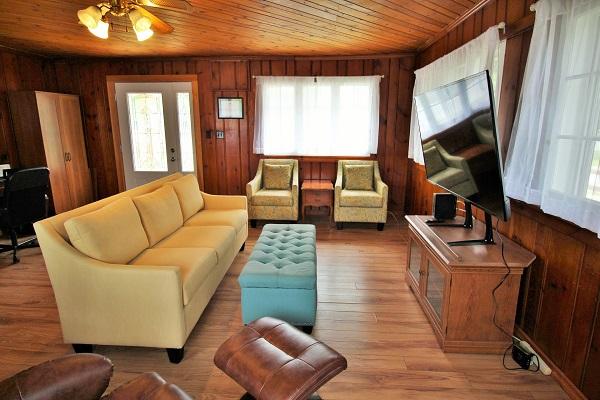 The Elmwood-HolidayHomesPropertyManagement-CrystalBeach, Ontario - living room (600x400)