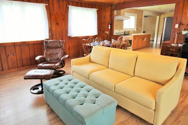 The Elmwood-HolidayHomesPropertyManagement-CrystalBeach, Ontario - living room2 (600x400)