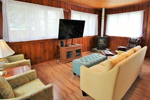 The Elmwood-HolidayHomesPropertyManagement-CrystalBeach, Ontario - living room3 (600x400)