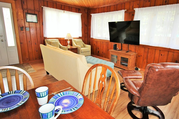 The Elmwood-HolidayHomesPropertyManagement-CrystalBeach, Ontario - living room4 (600x400)