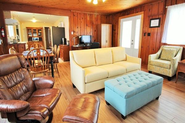The Elmwood-HolidayHomesPropertyManagement-CrystalBeach, Ontario - living room5 (600x400)