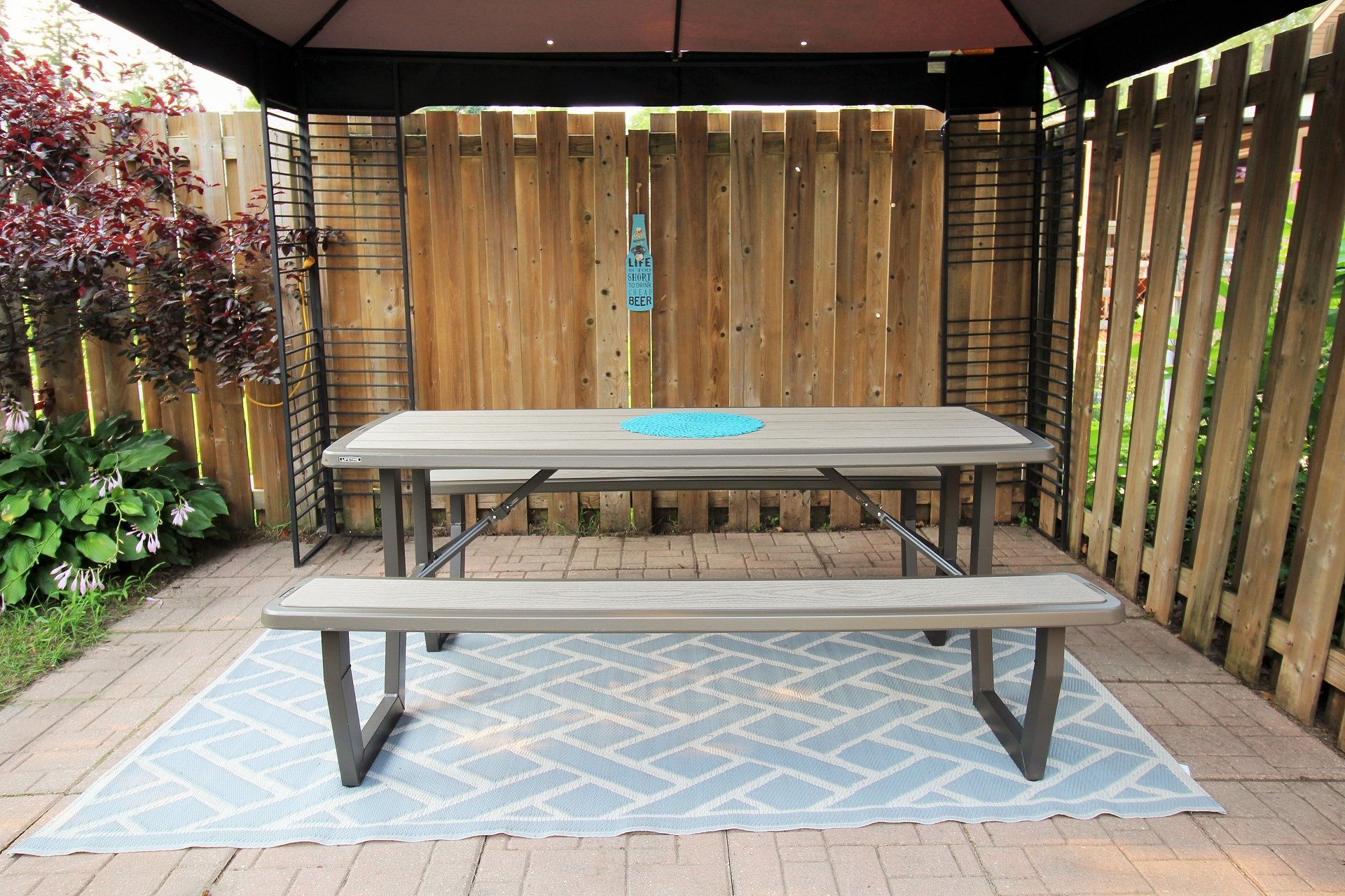 Mary Jane's Haven - picnic table - Crystal Beach - Holiday Homes Property Management